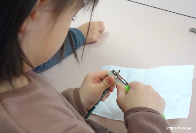 スカッターで鉛筆を削る子