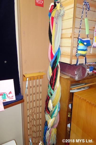 様々な色の毛糸の束