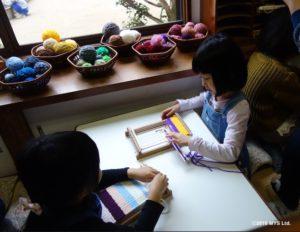 機織をする子たち