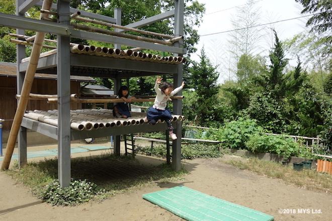 櫓から飛び降りる子ども