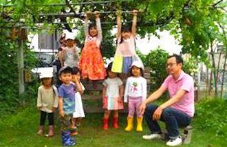 園庭での先生と子どもたち
