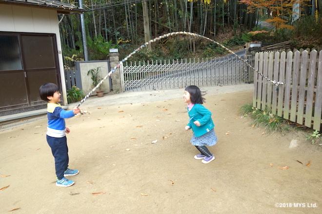 布縄跳びで遊ぶ子どもたち