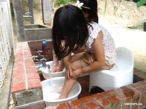 一人で足を洗う子