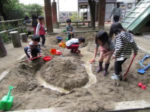 砂場で遊ぶ子たち