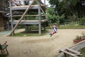 手作り櫓のブランコで遊ぶ子ども