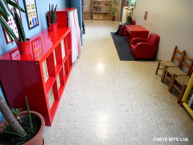 椅子やソファのある廊下