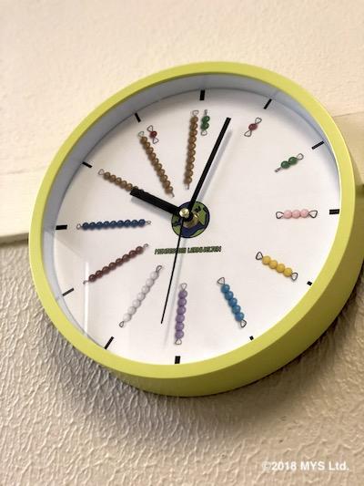 色ビーズの時計