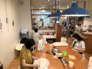 ワークショップでトッポンチーノを作る参加者