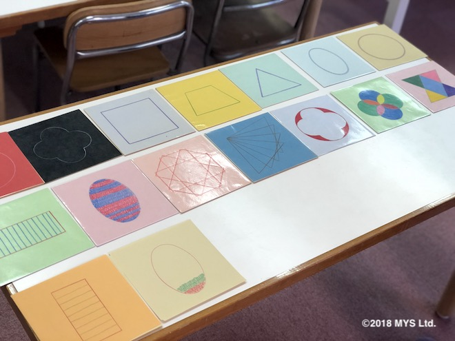 メタルインセッツで様々な色で描かれた作品が並んでいる