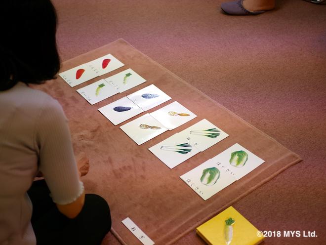 色々な野菜のイラストが描かれたカードを並べ、対応する文字を置いていくところ