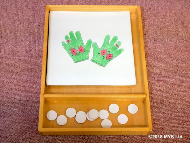 手袋の絵といくつかの白いタブレット