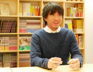インタビューに答える羽賀翔一さん