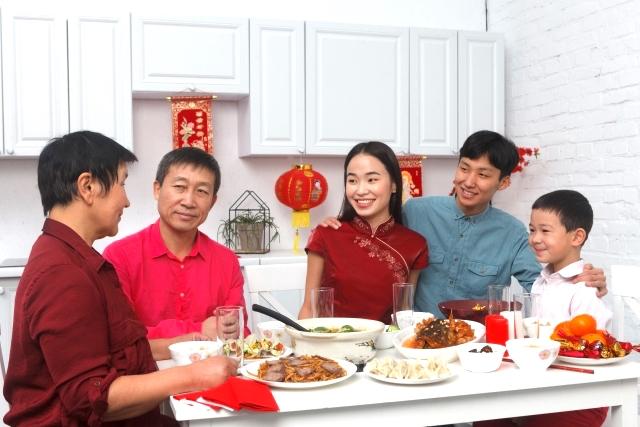 食卓を囲む台湾人家族