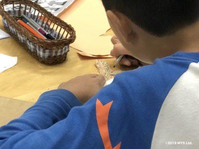 Taipei Utopia Montessori Elementary School で蛇の塗り絵をする生徒