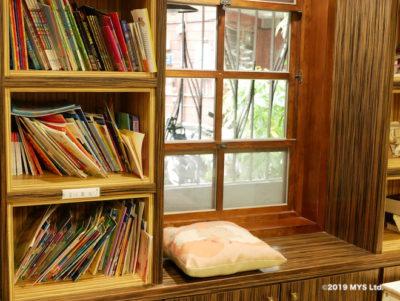 Taipei Utopia Montessori Elementary School 図書室の出窓に置かれたクッション