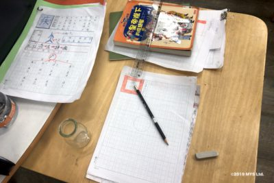 Taipei Utopia Montessori Elementary Schoolで漢字のルーツを調べる様子