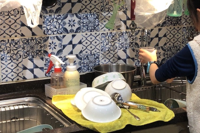 モンテッソーリ小学校で炊飯の準備をする子供