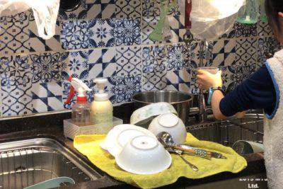 モンテッソーリ小学校で炊飯の準備をする子ども