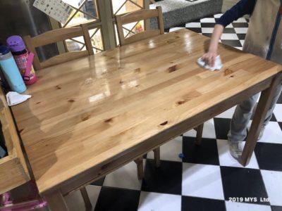 モンテッソーリ小学校で食卓を拭く子ども