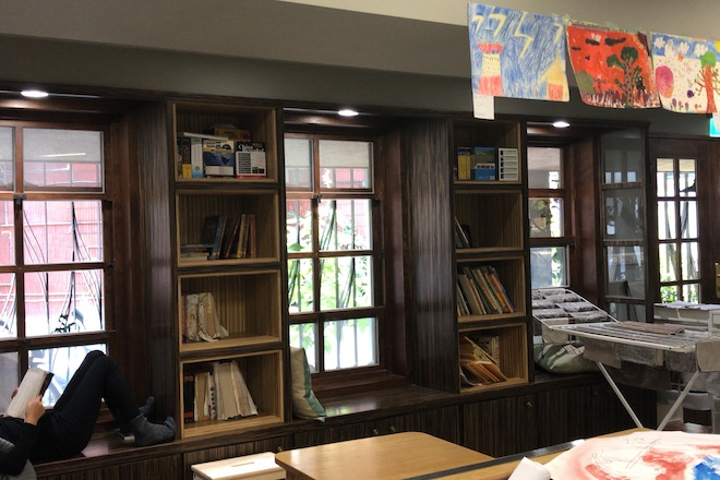 モンテッソーリ小学校で食後に図書館で休憩するども