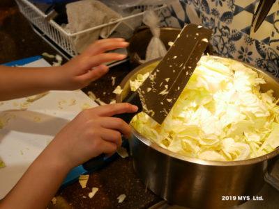 モンテッソーリ小学校で調理する子ども