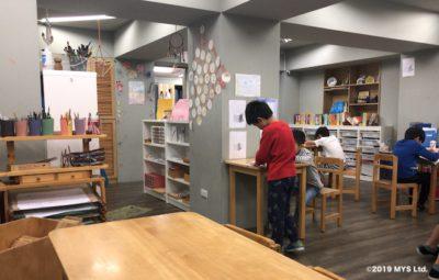 Taipei Utopia Montessori Elementary School の教室でお仕事をする生徒たち