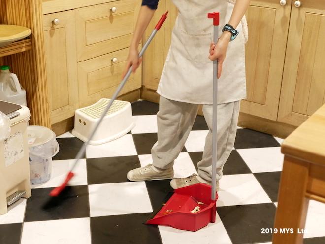 モンテッソーリ小学校で台所を掃除する子ども