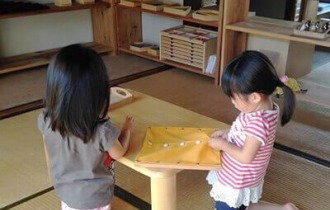 モンテッソーリ教育の着衣枠をする子ども