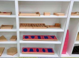 ネスインターナショナルスクール 駒沢校のモンテッソーリ教具の棚