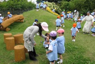 ロザリオ幼稚園で外遊びする先生と子供達