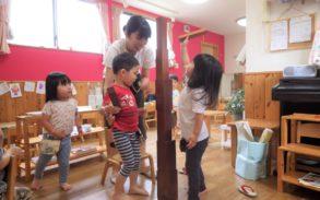 さくらがおかみなみ園でタワーを作る子ども