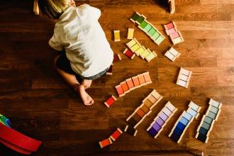 モンテッソーリ教具の色板で遊ぶ幼児