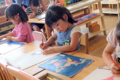 さくらがおか幼保園でモンテッソーリ教育の地図の活動をする子ども