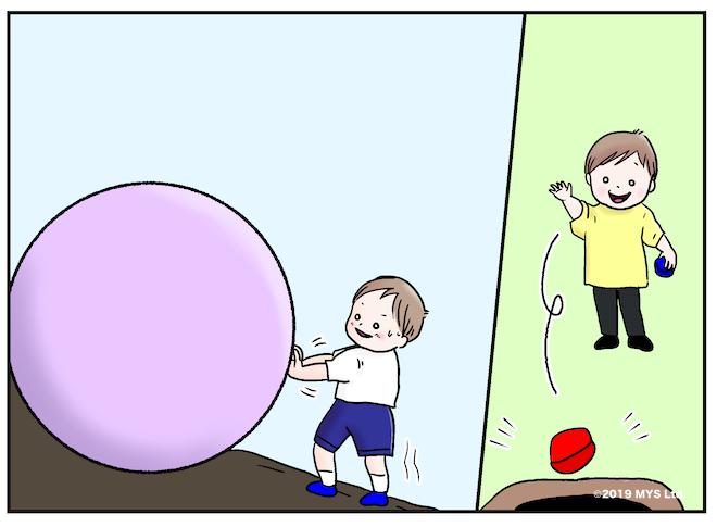 大玉を押したりゴミ箱に物を投げたりする子ども