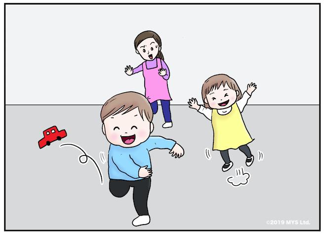 物を投げる子どもを止めようとする保育士