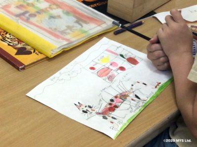 モンテッソーリ教育のワークで猫の体内について調べる小学生