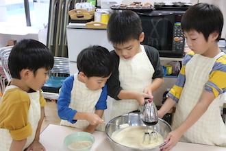 キッドスクールでハンドミキサーを使って料理する子供達