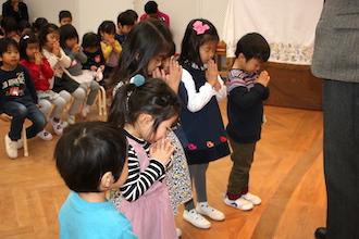 キッドスクールで神様にお祈りする子供達