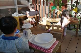 ウッドデッキでモンテッソーリ活動する子供達